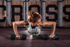 Weibliches Trainieren an der Turnhalle Lizenzfreies Stockbild