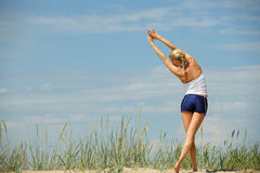 Weibliches Training auf dem Strand Stockfotos