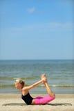 Weibliches Training auf dem Strand Lizenzfreies Stockbild