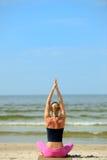 Weibliches Training auf dem Strand Stockbild