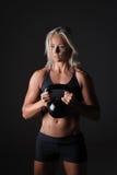 Weibliches Training mit Kettlebell Stockbild