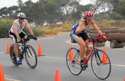 Weibliches Triathlete auf Fahrrad lizenzfreies stockbild