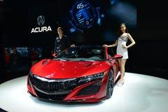 Weibliches und männliches Mode-Modell auf ANFANG-Sportauto ACURAS RDX Lizenzfreies Stockfoto