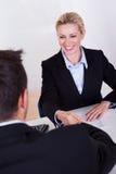 Weibliches Unternehmensleiterlächeln Stockfoto
