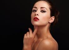 Weibliches vorbildliches Schauen des schönen hellen Makes-up Stockbilder