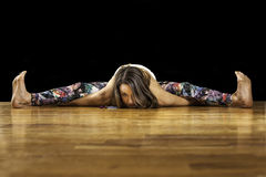 Weibliches Yoga-Modell Kurmasana Tortoise Pose Stockfotografie
