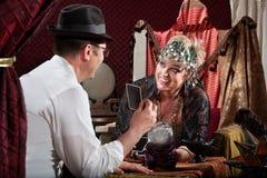 Weibliches Zigeunerlachen über Kunden Lizenzfreie Stockfotos