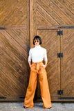 Weiblichkeit und weibliche Zahl hervorheben Mädchen tragen lose hohe taillierte Hosen Art- und Weisesystem Hohe taillierte Hosenm stockfoto