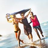 Weiblichkeits-Mädchen-Sommer-Strand-Ferien-Konzept Lizenzfreie Stockfotografie