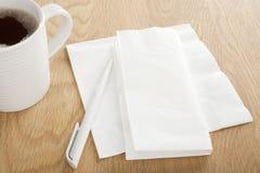 Weißbuch-Tafelserviette und Feder für die Herstellung der Anmerkungen Stockfotografie