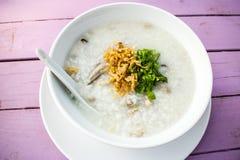 Weich-gekochter Reis mit Fischen und Schweinefleisch Stockfotografie
