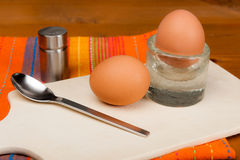 2 weich gekocht Eier auf einem hölzernen Brett Lizenzfreie Stockbilder
