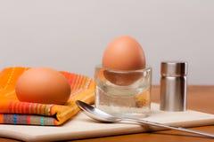 2 weich gekocht Eier auf einem hölzernen Brett Stockfotografie