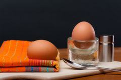 2 weich gekocht Eier auf einem hölzernen Brett Stockfotos