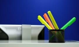 Weich-spitzen Sie Federn im Büro stockbilder