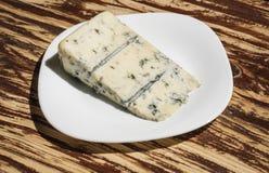 Weich und sahnig Blauschimmelkäsenahrung Stück Käse auf Platte Roquefortkäse Gorgonzola-Käse Italienisch oder dänisch stockbilder