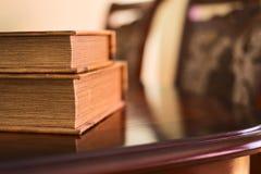 Weiche beleuchtete Bücher auf Tabelle Stockbilder