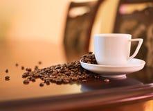 Weiche beleuchtete Kaffeetassetabelle Lizenzfreie Stockfotografie