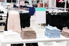 Weiche bunte Strickjacken in einem großen Supermarkt mit Verkaufsaufkleber Stockbilder