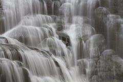 Weiche flüssige Wasserfälle lizenzfreies stockbild