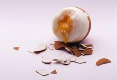 Weiche gekochtes gebrochenes Ei Stockbild