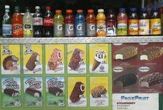 Weiche Getränke und Eiscreme am Verkäuferwarenkorb im Central Park Lizenzfreie Stockfotografie