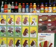 Weiche Getränke und Eiscreme am Verkäuferwarenkorb im Central Park Stockfoto