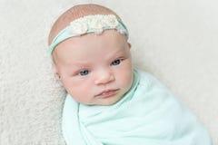 Weiche Haut des neugeborenen schlafenden Babys, Nahaufnahme Stockfoto