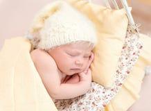 Weiche Haut des neugeborenen schlafenden Babys, Nahaufnahme Stockfotos