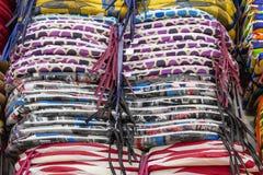Weiche Kissen für Stühle im Regal stockfotos