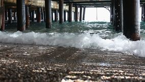 Weiche Meereswellen unter dem Pierkeller stock video footage