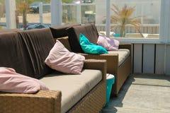Weiche Sofas mit colorfull pillows in der Strandcaféterrasse stockbilder