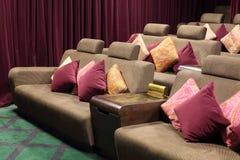 Weiche Sofas mit Kissen und kleine Stände für Popcorn Lizenzfreies Stockbild