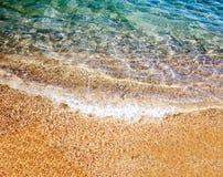 Weiche Welle des Meeres auf dem sandigen Strand Lizenzfreies Stockfoto