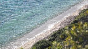Weiche Welle des Meeres auf dem sandigen Strand stock video footage
