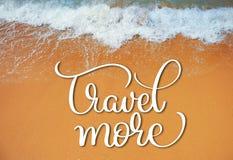 Weiche Welle des Meeres auf dem sandigen Strand und pflanzen sich mehr Text fort Kalligraphiebeschriftungs-Handabgehobener betrag Lizenzfreie Stockfotografie