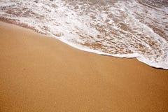 Weiche Welle des Meeres auf sandigem Strand lizenzfreies stockfoto