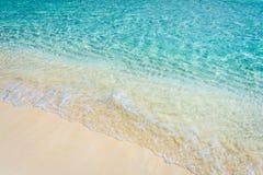 Weiche Welle des tropischen Meeres auf dem sandigen Strand stockfotografie