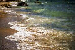 Weiche Welle von blauem Meer auf sandigem Strand Hintergrund lizenzfreie stockbilder