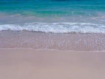 Weiche Welle von blauem Ozean auf sandigem Strand Hintergrund Stockfotografie