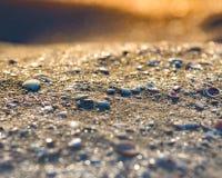 Weiche Welle von blauem Ozean auf sandigem Strand Hintergrund Selektiver Fokus stockfotografie