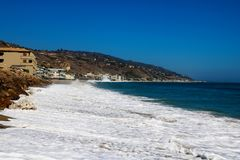 Weiche Welle von blauem Ozean auf sandigem Strand Hintergrund USA stockbild