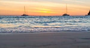 Weiche Wellen auf dem Sand bei Sonnenuntergang Selektiver Fokus lizenzfreie stockbilder