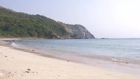 Weiche Wellen des Meeres auf einem sandigen Strand K?ste von tropischer Insel 4K stock video footage