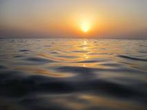 Weiche Wellen im warmen Sonnenuntergang Stockfotografie