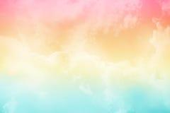 Weiche Wolke und Himmel mit Pastellsteigungsfarbe stockfoto