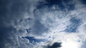 Weiche Wolken und Sonne stock footage