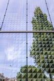 Weicher bewölkter Himmel und Reflex im modernen Gebäudehintergrund Stockbilder