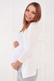 Weicher Blick der Frau ein Baby erwartend, welches das Kamera isolat betrachtet Lizenzfreie Stockbilder