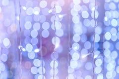 Weicher bunter bokeh Hintergrund Leuchtende Girlanden von elektrischen Lichtern Kopieren Sie Raum, um Text zu addieren Gesättigte Stockfotografie
